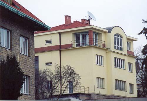 Půdní nástavba a rekonstrukce viladomu, ul. Kubišova, Praha 8